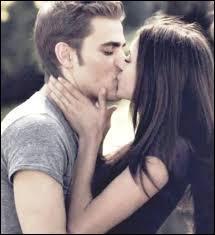 Où Elena voit elle le vrai visage de Stefan pour la première fois ?