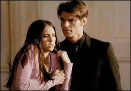 Dans l'épisode 19 de la saison 2, quand Elena enlève la dague du coeur de Elijah, où se trouve-t-il lors de son flash-back ?