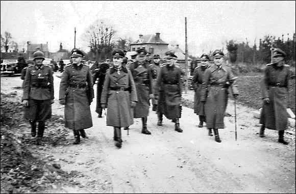 Qui fut le seul général allemand à avoir envisagé comme possible un débarquement en Normandie, ceci en vue du « Kriegsspiel » allemand du 6 juin. Il devait jouer le rôle des alliés ! Pour vous aider, il devait fêter son 54e anniversaire le « Jour-J » !