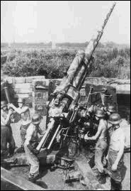 Malgré les risques, pour éviter que les avions alliés soient abattus par la DCA alliée, le commandement décida de faire peindre un signe de reconnaissance bien visible sur tous les avions. Quel est ce signe de reconnaissance ?