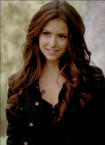 Dans le dernier épisode de la saison 1, qui embrasse Damon ?