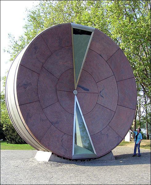 La Roue du temps est un sablier géant, son écoulement total dure une année, dans quelle ville se situe-t-elle ?