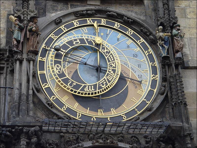 Qu'affiche une horloge astronomique ?