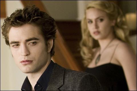 Qui dit à Edward qu'Alice a vu Bella morte ?