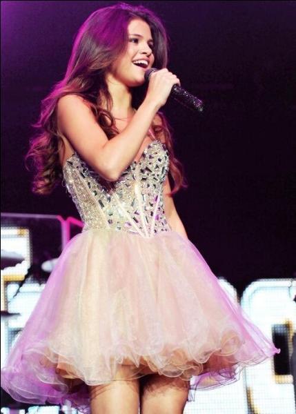 Parmi les chansons citées, quelle est celle dont le clip a été le plus vu sur le compte VEVO de Selena ?