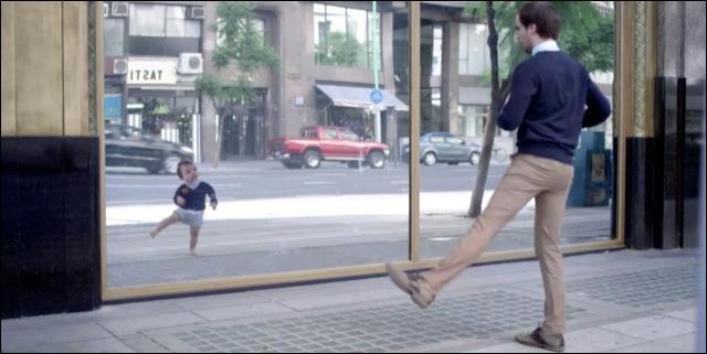 Après les bébés nageurs, les bébés qui font du roller, la marque d'eau minérale nous revient avec une publicité où un homme dans la rue se rend compte que son reflet est en fait lui-même quand il était bébé. Il s'agit de la marque...