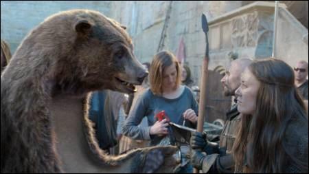 Ce spot TV raconte comment une peau d'ours, qui servait de tapis devant la télévision, est devenu un très grand réalisateur après avoir visionné des centaines de bons films sur la chaîne ...