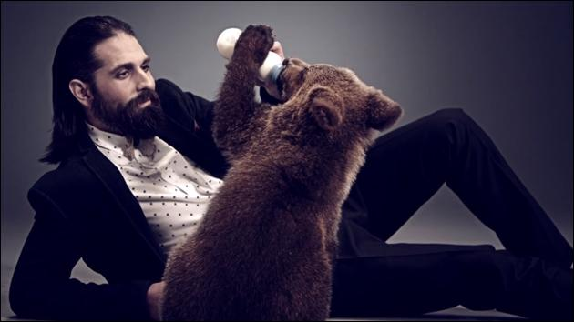 Le site de rencontres lance une nouvelle campagne où ses spots TV présentent tour à tour un homme et son homologue animal (sur l'image le barbu-hipster et l'ours). Comment s'appelle ce site ?