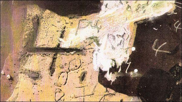 Quel peintre catalan, affilié à l'art informel, introduit des croix, des chiffres et des lettres dans ses œuvres ?