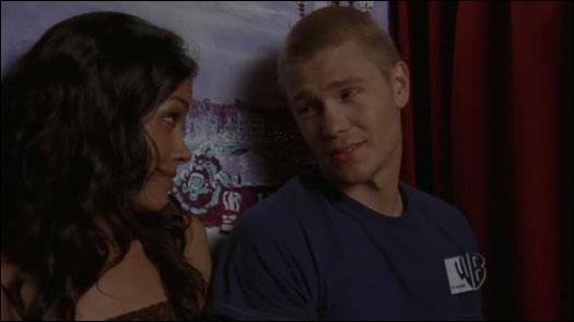 Comment s'appelle la fille que Lucas rencontre lors de la soirée ?