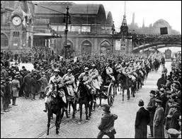 L'Allemagne exsangue et en pleine crise économique ne peut pas payer les réparations. Que décident la France et la Belgique en représailles (de 1923 à 1925) ?