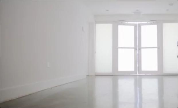 Qui entre en 3ème dans cette pièce ?