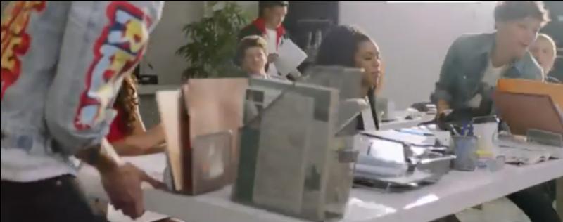 Dans cette pièce, qui pousse le caddie dans lequel est Niall ?