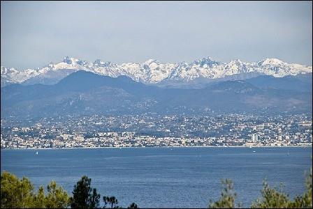 Ce département ayant pour sous-préfecture Grasse rassemble plus d'un million d'habitants. Créé tardivement en 1860 à cause de son annexion en défaveur du royaume de Piémont-Sardaigne, son blason rassemble la mer, la montagne et un aigle. Quel est-il ?