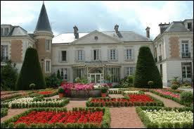 Voici la mairie de Roissy-en-Brie (région Ile-de-France). Cette ville se situe dans le département ...