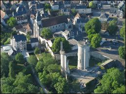 Voici la commune de Mehun-sur-Yèvre (région Centre) vue du ciel. Elle se situe dans le département ...