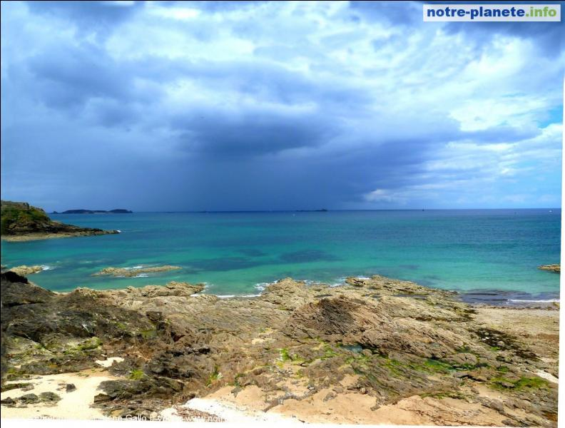 Quelle mer ou océan borde la côte d'Emeraude ?
