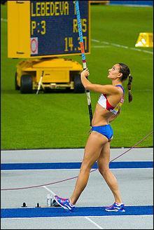 Qui a établi le record du monde du saut à la perche chez les dames ?