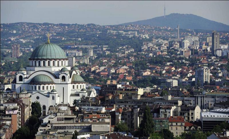 Combien les Balkans comptent-ils environ d'habitants, tous pays confondus, selon leur définition donnée dans la description du quizz ?