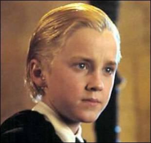 Dans le film, Drago cherche à serrer la main d'Harry lorsqu'ils sont à Poudlard sur les marches menant à la Grande Salle. Dans le livre, c'est...