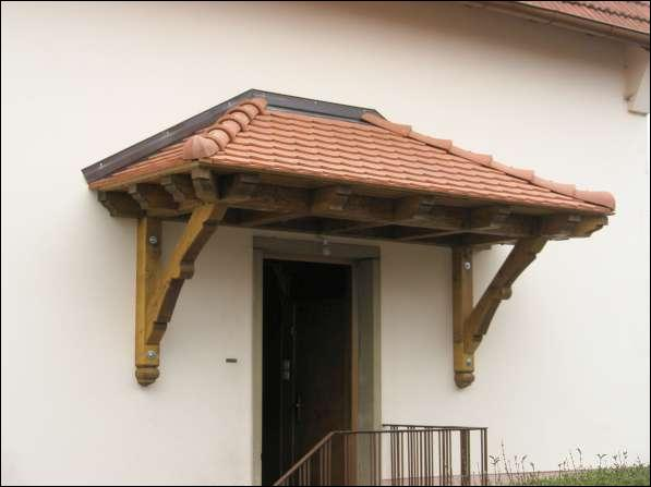 Ce petit toit en saillie est destiné à protéger de la pluie. Quel est son nom ?