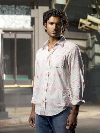 Qui joue Mohinder Suresh ?