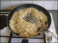 Comment appelle-t-on cette façon de cuire le riz, en le faisant d'abord revenir dans l'huile ?