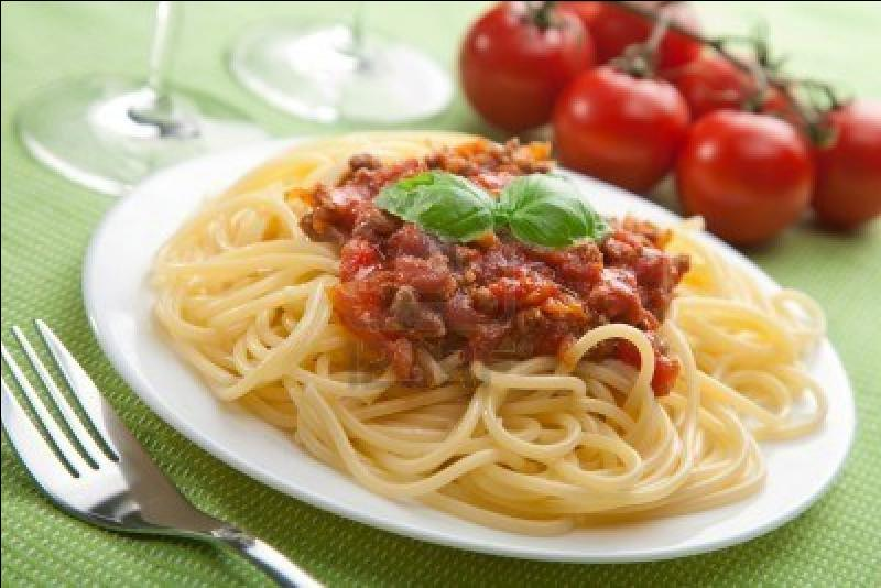 Cette recette qui utilise de la viande hachée et assaisonnée (tomate, ail ... ) mélangée aux pâtes porte le nom d'une habitante de sa ville d'origine. Quel est-il ?