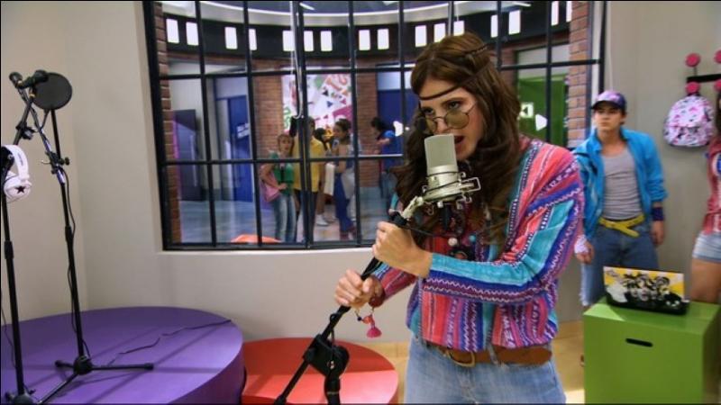 Quel est le premier look que porte Camilla dans le premier épisode de la saison 1 ?