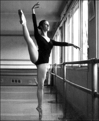 Tenue : La danseuse porte ...