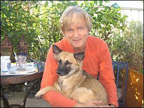 À quel chanteur Michel Drucker a-t-il offert Chance, un chien qu'il a sauvé à La Réunion, où il devait servir d'appât pour la pêche aux requins ?