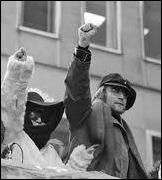 Quel célèbre chanteur, fervent militant contre de la guerre du Vietnam , a affiché publiquement ses sympathies pour les Black Panthers ?