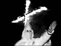 Quel était le sigle de l'organisation extrémiste, créée en 1885, prônant par la violence la suprématie de la «race» blanche sur les autres «races» ?