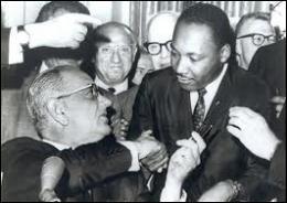 Sa lutte finit par aboutir. Quel président signe le  Civil Rights Act  en 1964 qui déclare illégale la discrimination reposant sur la race, la couleur, la religion, le sexe, ou l'origine nationale ?