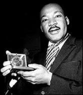 Quelle prestigieuse récompense lui a-t-elle été décernée en 1964 pour sa lutte non violente contre la ségrégation raciale et pour la paix ?