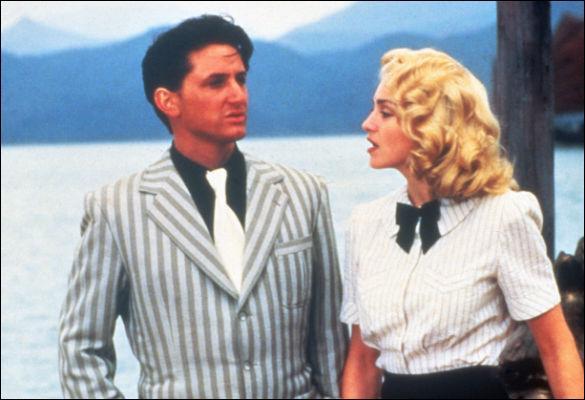 Le 16 août 1985, jour de ses 27 ans, Madonna dit oui à Sean Penn. Cet évènement rock incite de nombreux paparazzis à survoler les lieux de la fête en hélicoptère. Fou de rage, le marié court écrire sur le sable ...