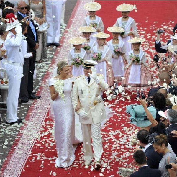 Le 2 juillet 2011, à bord de quelle voiture Charlène et Albert de Monaco, écolos jusqu'au bout des ongles, ont-ils souhaité monter à l'issue de la cérémonie ?