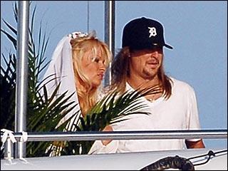 L'eau, Pamela Andersen adore. Pas étonnant donc que le 29 juillet 2006, la sirène d' Alerte à Malibu  épouse Kid Rock à bord ...