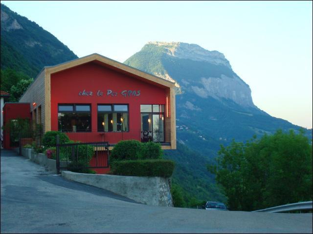 """Le restaurant du """"Pèr'Gras"""" est situé au sommet du téléphérique de la Bastille (devenu télécabine), où se trouve-t-il ?"""