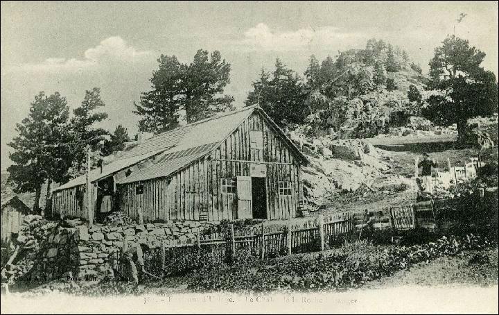 """Le Père Tasse s'installa en 1863 dans un chalet dont il fit un """"refuge pour montagnards"""" où il vécut 22 ans. La légende raconte qu'il partit car il fut délogé par un ours. Son lieu d'habitation est devenu une station célèbre pour avoir accueilli les disciplines alpines des J. O. en 1968 :"""