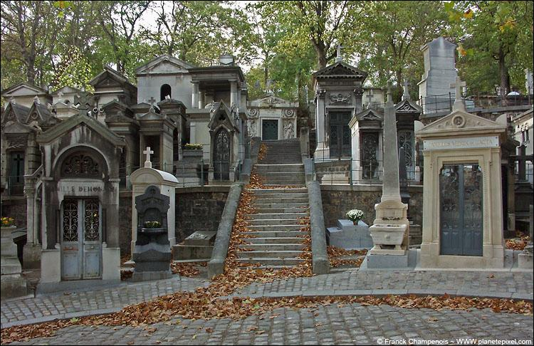 Dans quel arrondissement parisien est situé le cimetière du Père Lachaise ?