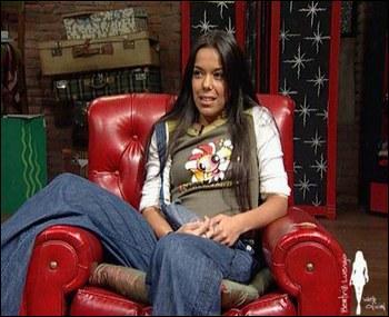Dans quel pièce se trouve le fauteuil dans lequel est assise Lola ?