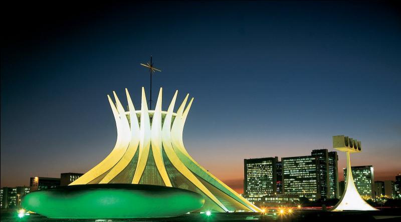 Quelle est cette ville ultra-moderne dessinée par Oscar Niemeyer ?