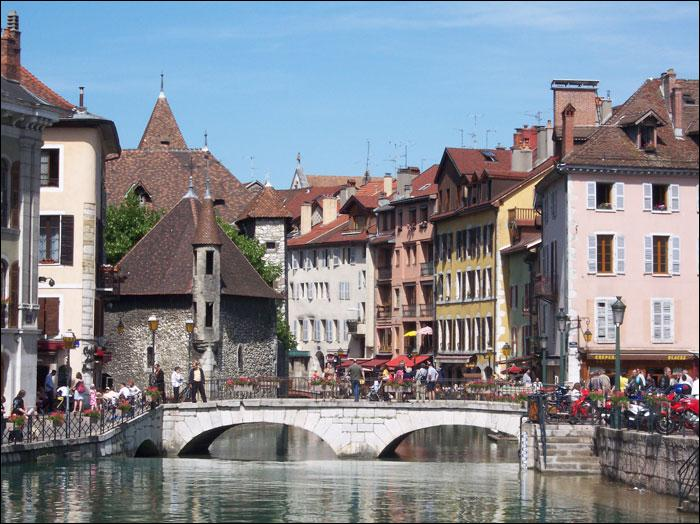 Quelle est cette ville d'Europe dont l'ancienne prison est localisée au milieu des canaux ?