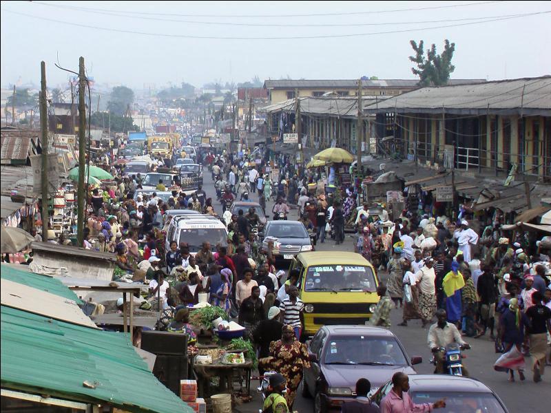Quelle est cette ville d'Afrique de l'Ouest qui a perdu en 1991 son titre de capitale nationale dans le but de freiner son essor démographique ?