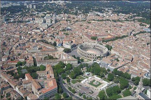 Quelle est cette ville européenne dont les arènes romaines ont fait la renommée ?