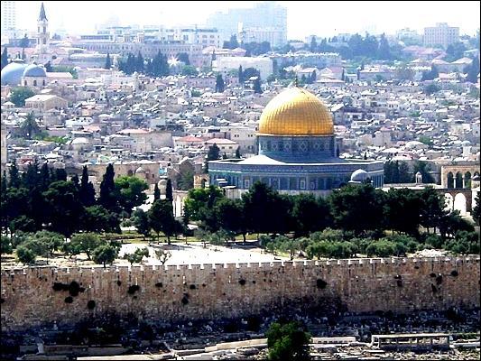 Par quelles religions Jérusalem est-elle considérée comme une ville sainte ?