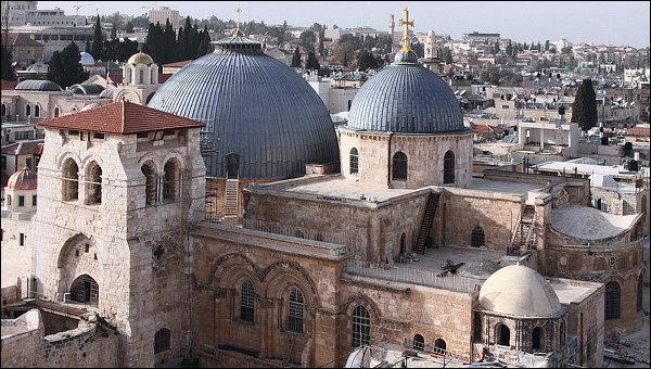 Quelle église de Jérusalem est-elle bâtie sur le lieu de la mort de ce personnage de la bible ?