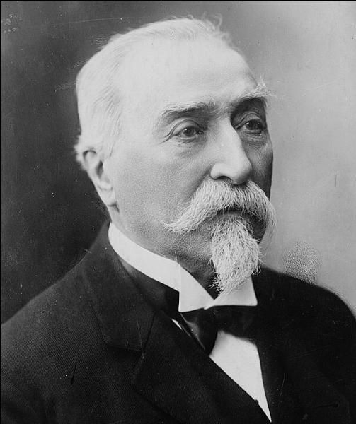 Comment s'appelle cet homme politique de petite taille, surnommé  Le petit père ...  , qui initia la loi sur la séparation de l'Eglise et de l'Etat en 1905 ?