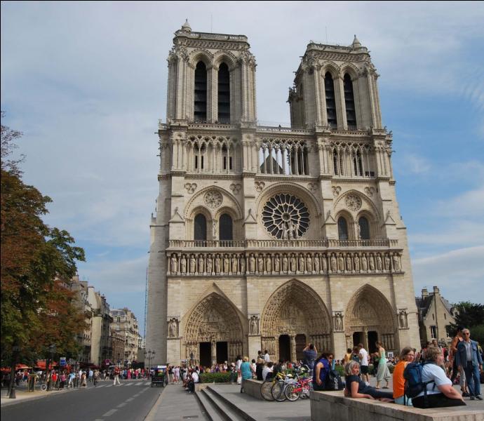 Haut-lieu de l'architecture gothique, la capitale française abrite la cathédrale Notre-Dame de Paris. Sa construction a démarré en 1163 mais quand s'est-elle achevée ?